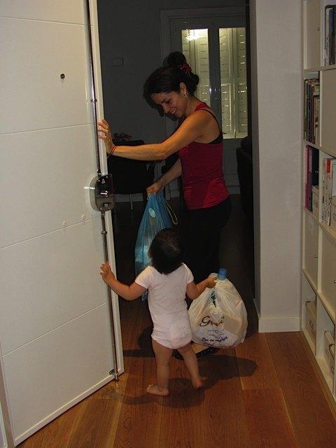 1歳半になるとゴミ捨ても手伝うように。(やりたがるので、お手伝いさんも仕方なくゴミ袋を渡しています。)