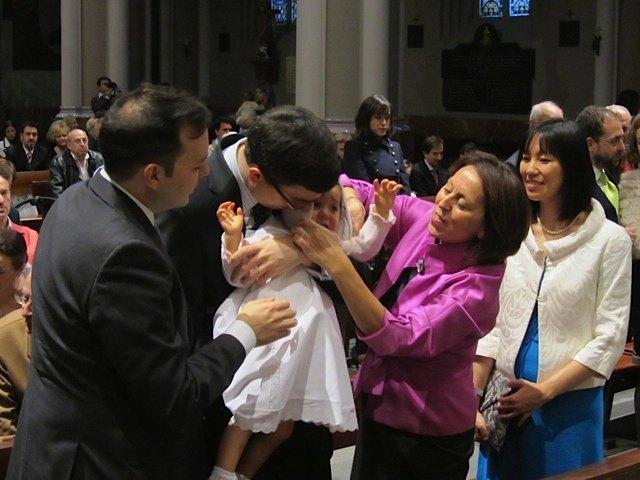 刺繍の施された布の帽子を被るのを嫌がる娘。他の赤ちゃんは無抵抗でした。