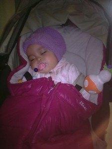 お手伝いさんが撮って送ってくれた写真の一部。散歩の後にベビーカーで眠る娘。