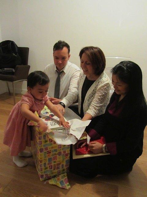 三輪車の包みを嬉しそうに開ける娘。皆からのそれぞれのプレゼントが素敵で、本当に私も感謝でいっぱいの日でした。