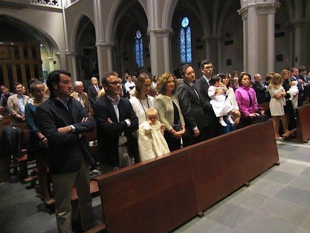 教会の中で。最前列は、洗礼を受ける赤ちゃん3人とその両親、代父・代母が座りました。