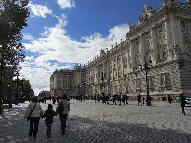 皆が大聖堂に向かっています。右の建物は王宮。