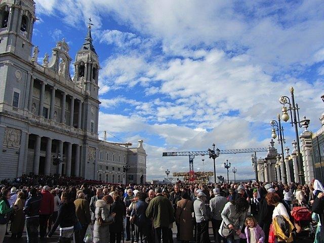 アルムデナ大聖堂と王宮の間の広場で。この時には晴れ間が見えました。