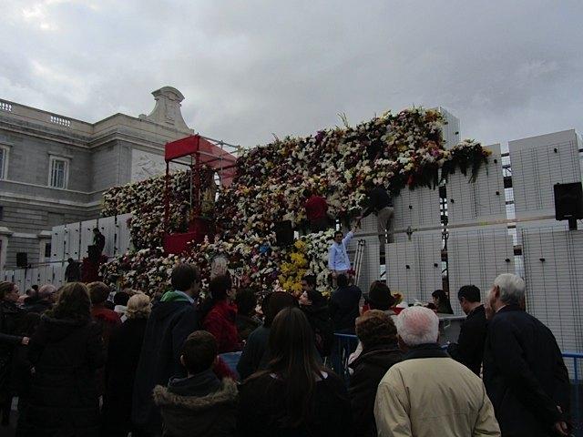 広場に聖母像があり、その周りの壁は人々の献花で少しずつ埋まっていきます。既に雨が降りそうな気配・・・。