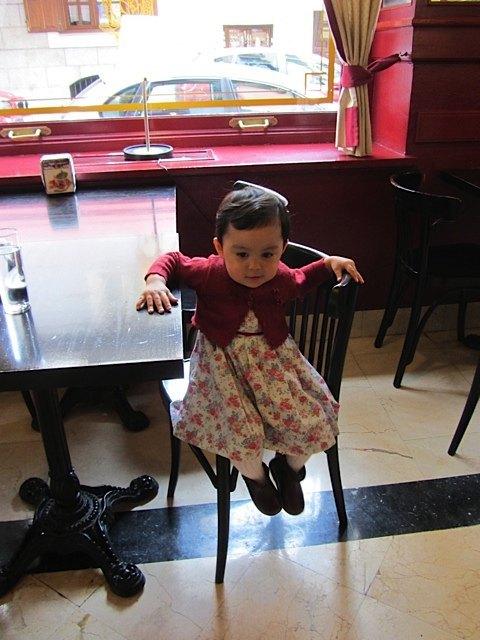 喫茶店にて。こうして座っていられるようになっただけでも進歩です。。。