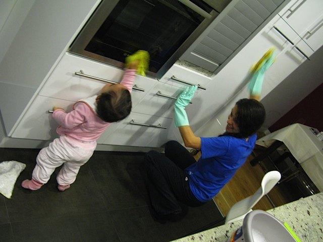 お手伝いさんを見習って(?)掃除を始める娘。将来は主婦の鏡となるでしょう。