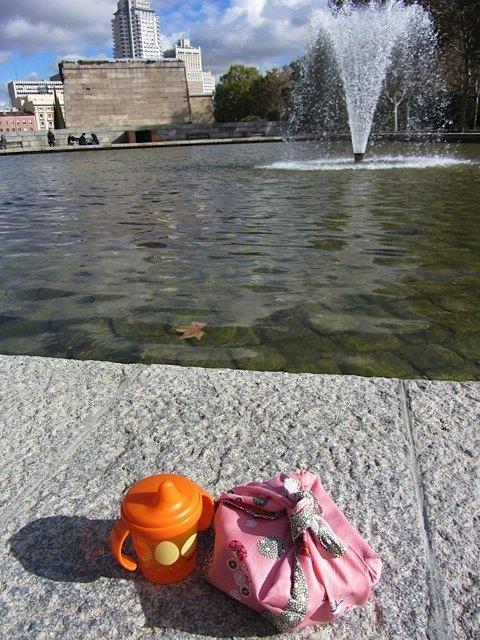 いつもの公園へピクニック。小さいおにぎりなんかも用意してみました。