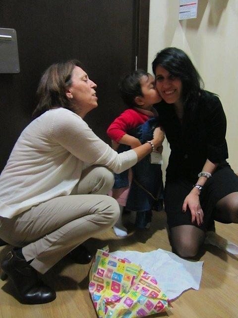 洋服をもらって義弟の彼女にキスをする娘。
