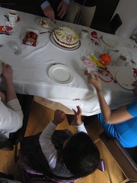 ケーキを見て拍手をする娘。仕上がりが不満だった私ですが、娘が喜んでくれたのでホッ。