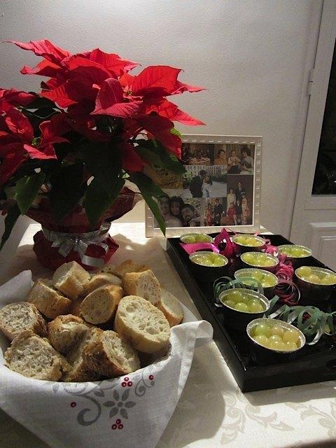 大晦日の夜のサイドテーブル。ポインセチアがまだ飾られているのがヨーロッパらいしでしょうか。