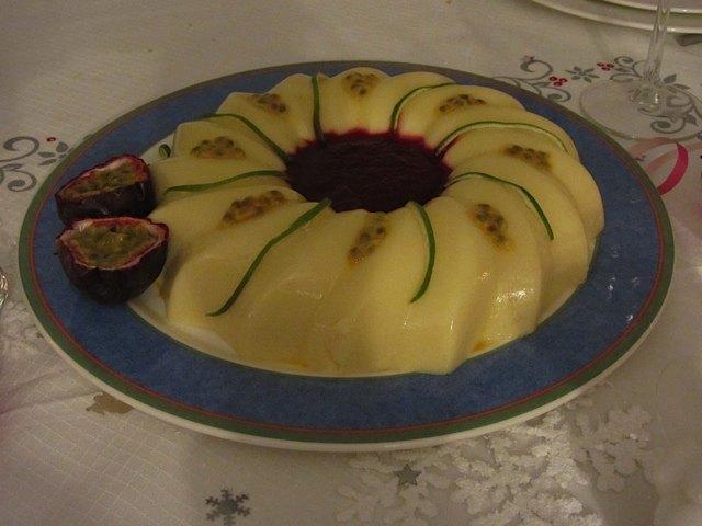 大晦日のディナーに準備したパッションフルーツとベリーソースのデザート。自宅安静の私の仕事は飾り付けのみです。