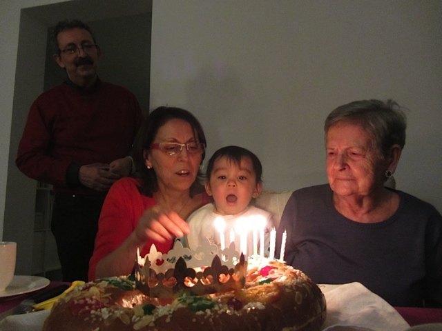 ローソクにまたまた感動の娘。それはおばあちゃんの誕生日祝いのものですよー!