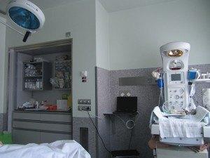 右側の装置は赤ちゃんが生まれてからの検査や処置をするためのものです。