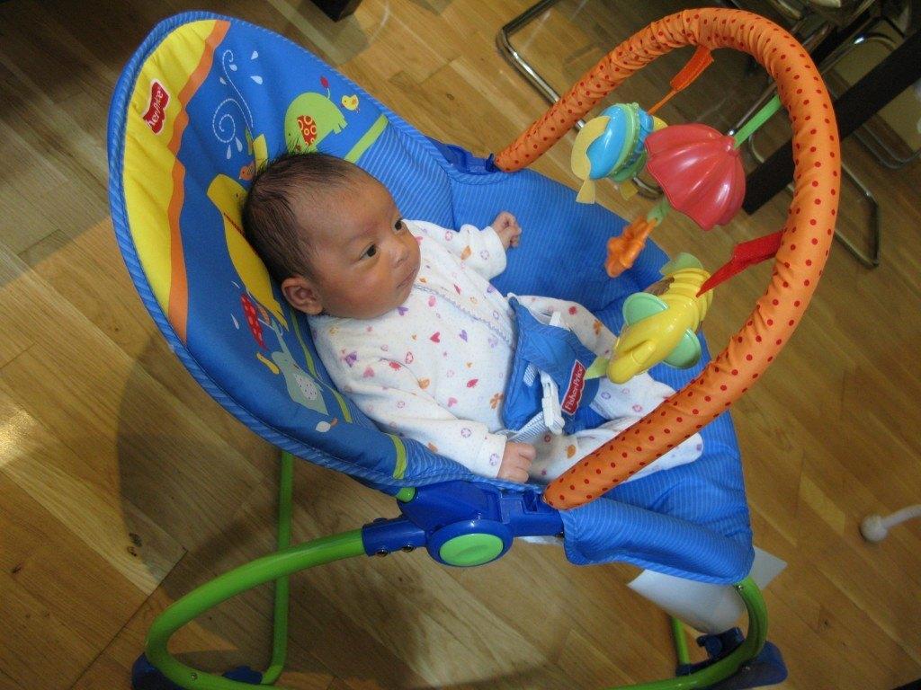 生後一ヶ月半のかおり。赤ちゃん用のイスの中でじっとしています。