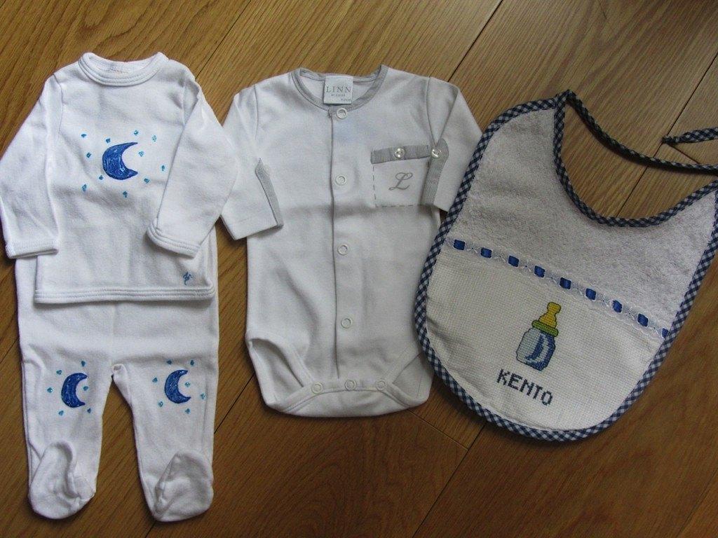 今となってはとても小さく見える新生児用の服。