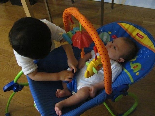 生後1ヶ月半の健斗。いすの背もたれの象さんが見えません。