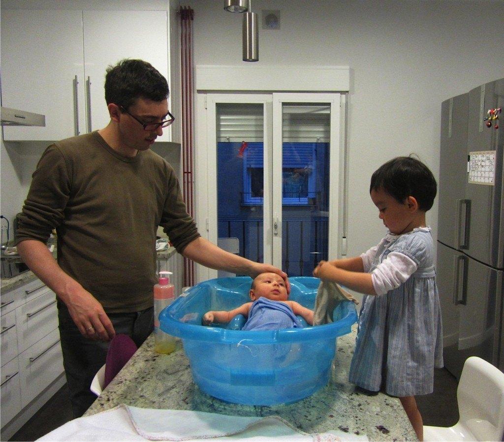 こうして台所での共同作業が日々行われています。健斗はお風呂に慣れ、もう泣かなくなりました。