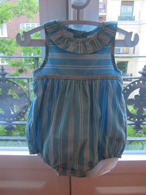 別の友人からプレゼントにいただいた洋服。これは夏には涼しくて便利そう。これまた男の子用です。