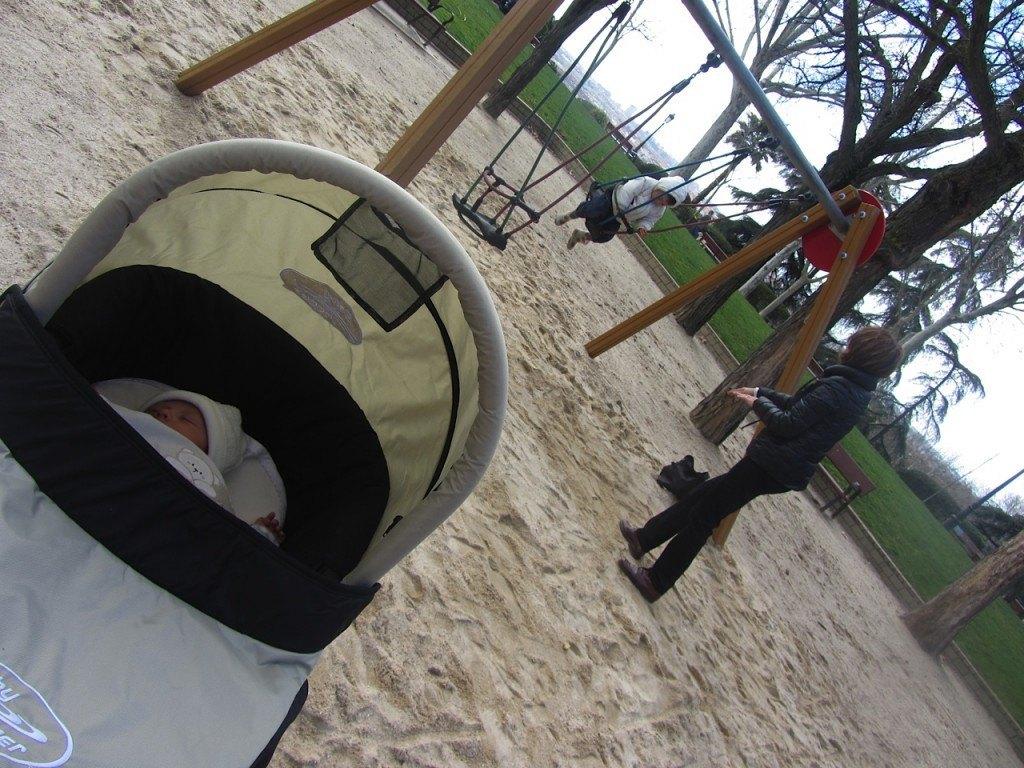 姉弟で公園に。かおりはおばあちゃんに「もっと強く!(¡Más fuerte!)」と言い続けています。