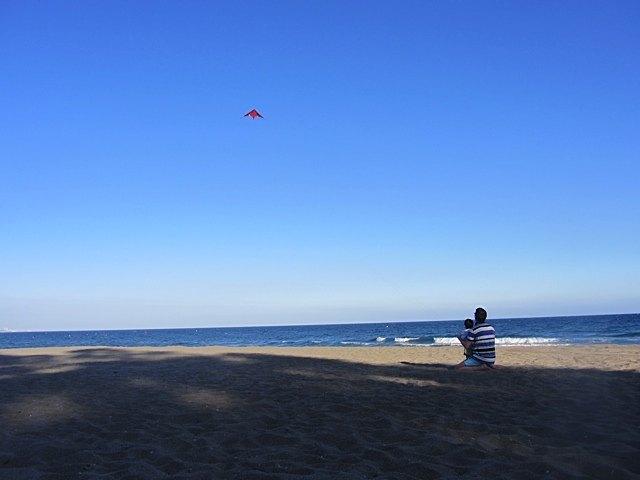 休暇で行ったマルベヤの海岸にて凧揚げ。