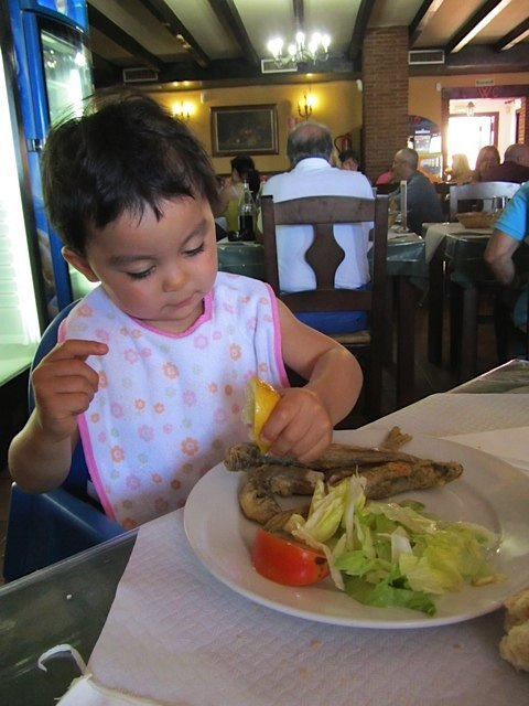 お魚にレモンをかけるのが大好きになった娘。他にも、舌で貝の身を取る特訓を重ねていました。