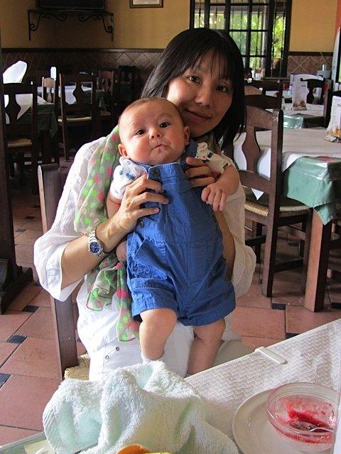 休暇中にレストランで。息子の顔がひょうきんです。