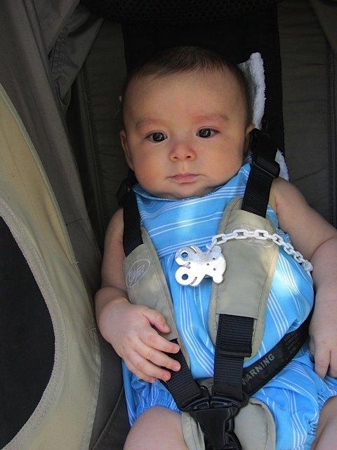 おまけ。以前に「男の子用赤ちゃん服」でご紹介した洋服も、この通り着られるようになりました。
