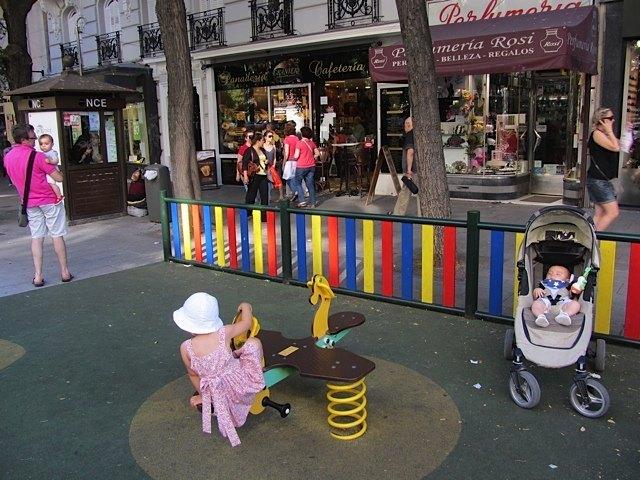 この通り、歩行者用の通りの中にこんな公園がいくつかあり、待ち合わせにはなかなか便利です。