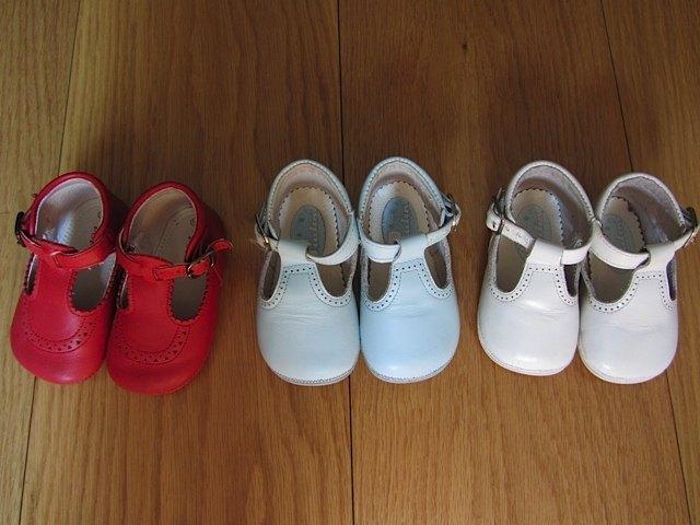 ロレアのお姉さんから借りた靴。どれも革でできていて縫製が丁寧です。