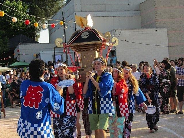 スペイン人による御神輿の様子。ちょっと不思議な感じもしますが、こうして日本文化が好きな人たちを見るのは嬉しいことです。