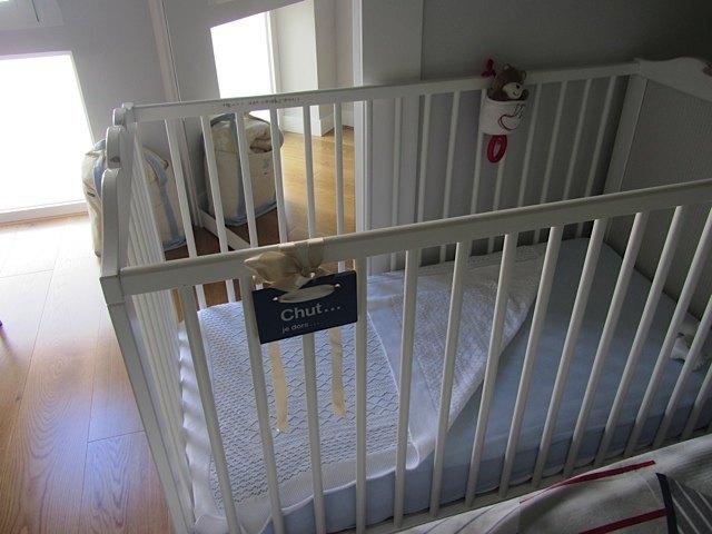 健斗の新しいベッドです。かおりとほとんど同じですが、新しいぬいぐるみのオルゴールを付け、色調は青と白で統一しました。