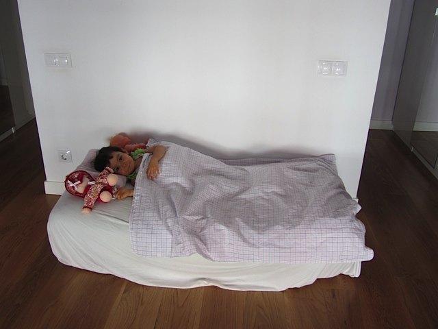 お布団ベッド。このひしゃげたベッドで我慢してくれてありがとう・・・。