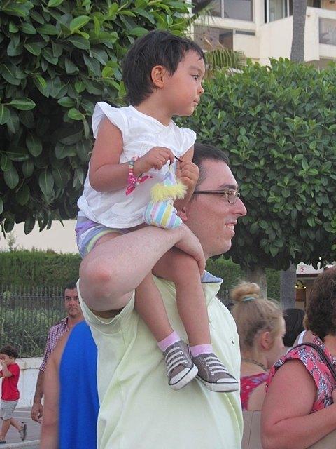 休暇中に。道で大道芸を見る夫と娘。