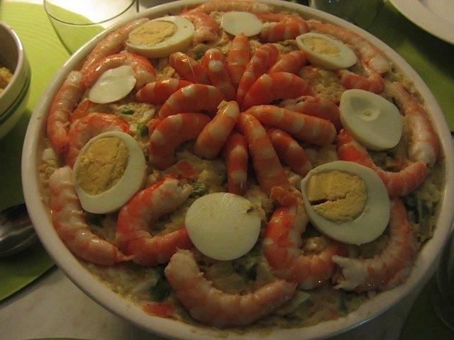 夏によくいただくスペイン名物のサラダ、ensaladilla rusaです。エビで飾ってみました。