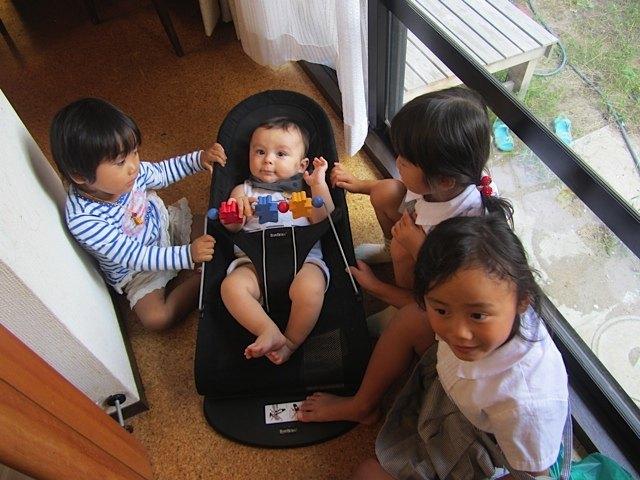 姪っ子に囲まれた健斗。