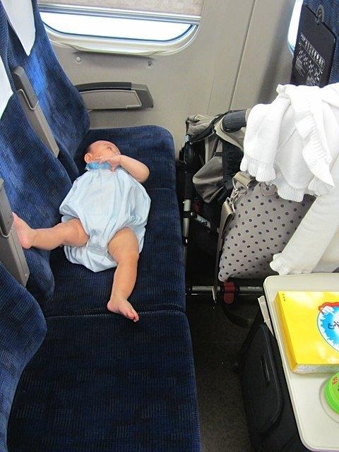 新幹線では3人席を取ってゆっくりと・・・。
