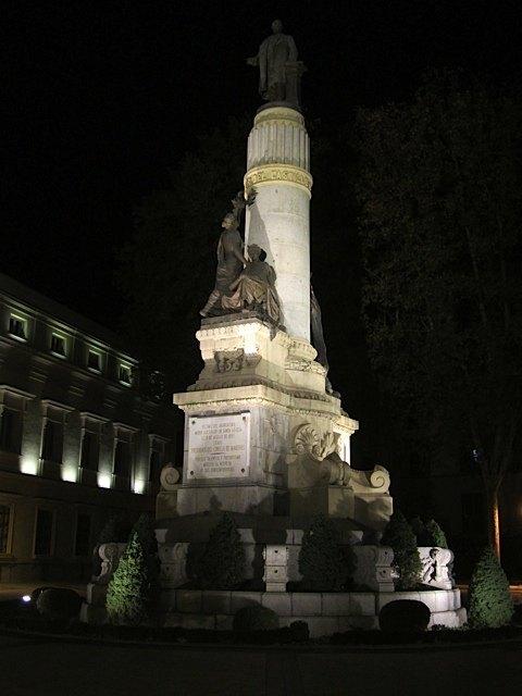 上院の会館裏手にある石像。スペインではかなり有名なカノバス・デル・カスティーヨという政治家のものです。