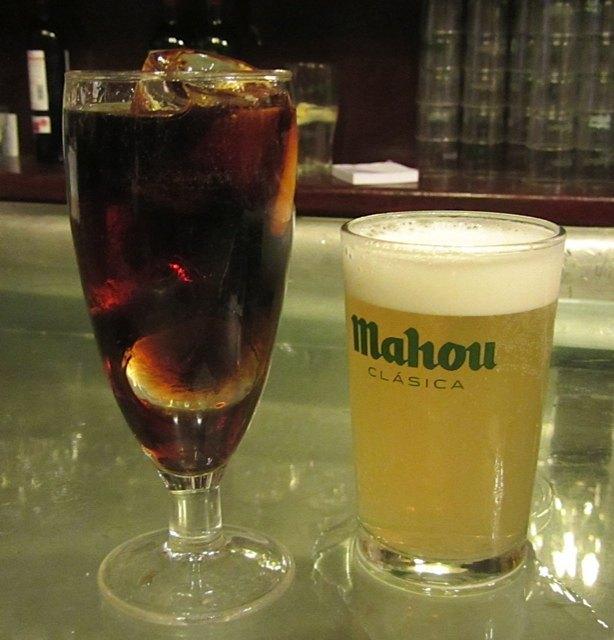ベルモット。隣のビールはスペインで一般的な「マウ(マホウ、では通じませんのでご注意!)」
