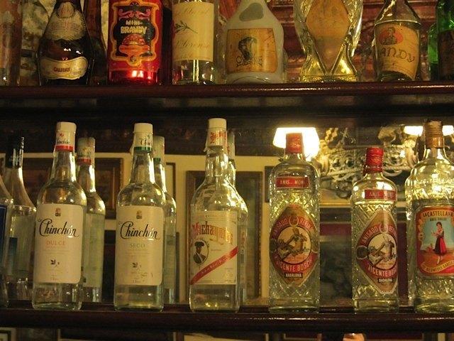 スペインでよく飲まれるお酒の瓶の数々。Casa Albertoという、ドン・キホーテの作者セルバンテスが住んでいたことでも知られる建物のバルで。