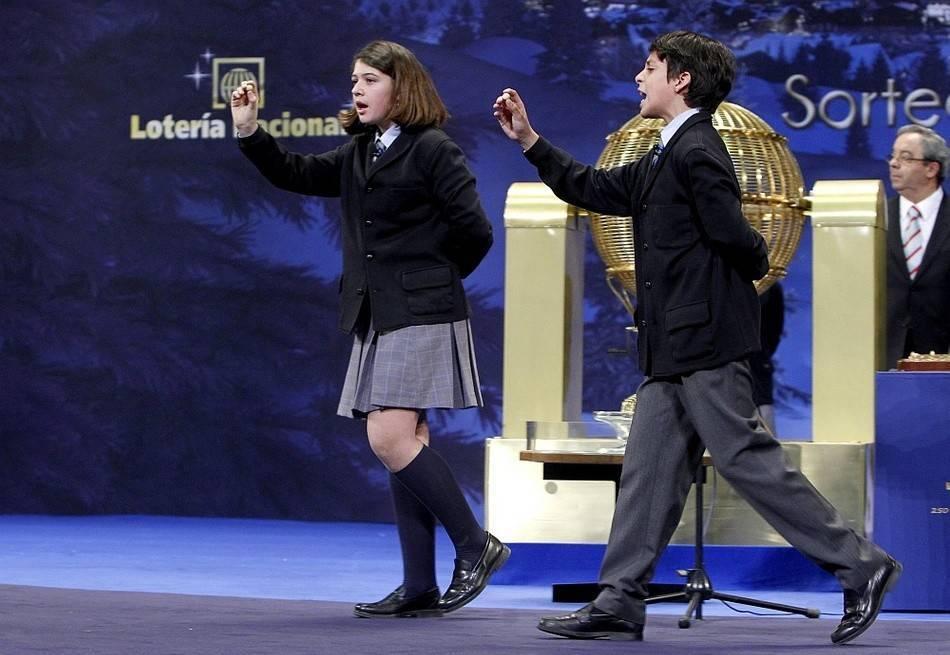 100万ユーロが当たった時の様子。こうやってボールの数字を見せながら歩きます。www.deia.com