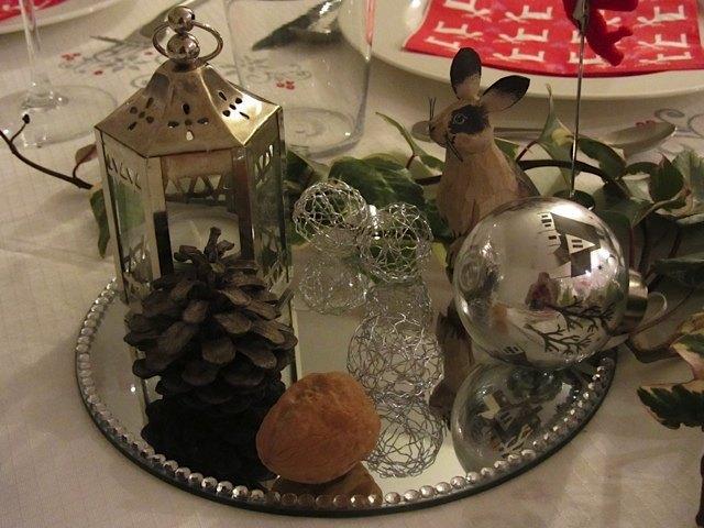 クリスマスのテーブルセッティングの一部。今年は写真の鏡のお皿、ロウソクを入れる小さなランタンと、金属でできた飾り用ボールとツリー用の電球入りの飾りを買いました。木彫りのウサギは、15年前に母がアメリカで買ったものを再利用、松ぼっくりは娘と近くの公園で拾いました。