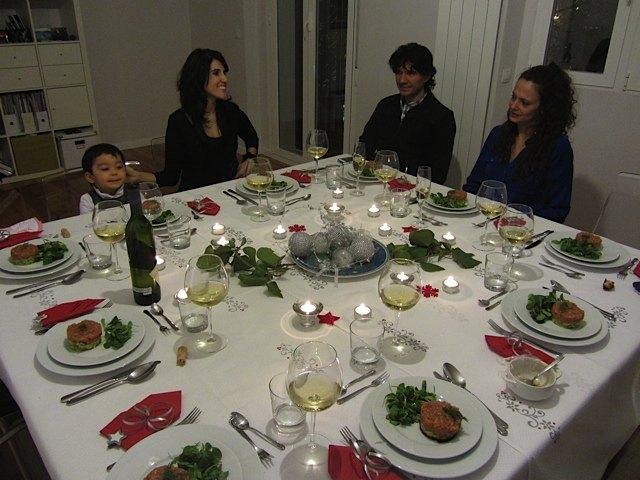 義弟の家で。二つのテーブルを合わせたので、沢山の人が座れて飾り甲斐がありました。