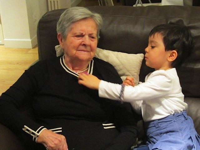 ひいおばあちゃんと一緒の娘。
