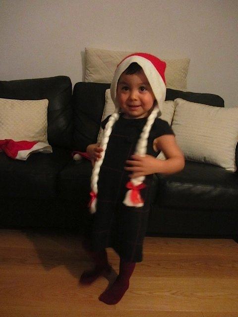 かおりも随分大きくなりました。サンタクロースの帽子より、この三つ編みが気に入ったようです。