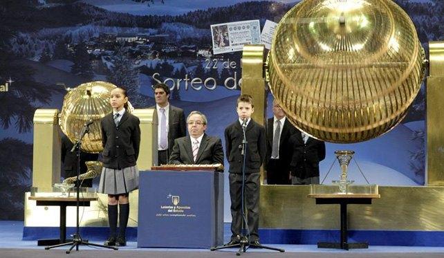 宝くじの番号のボールが入った大きな籠。本当に大きいです。www.publico.es