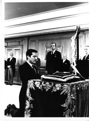 首相に就任したスアレス。エル・パイス紙より。