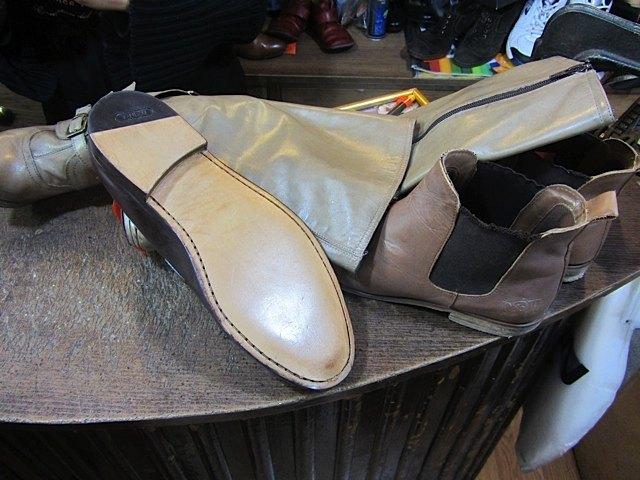 修理が終わった靴達。こんな厚い本皮の靴底も作っています。