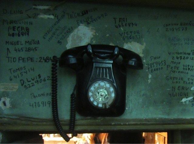 お店の奥には、昔実際に使っていたという電話が。こちらの大手電話会社がほしがったけれど断ったそうです。