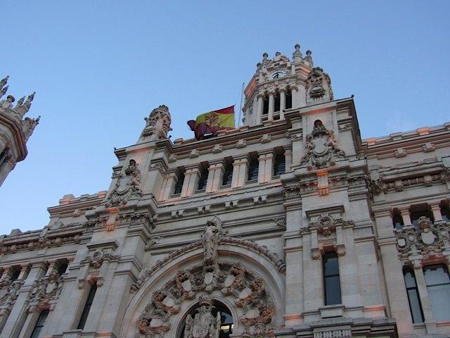 半旗の掲げられた郵便宮殿(Palacio de Comunicaciones)。