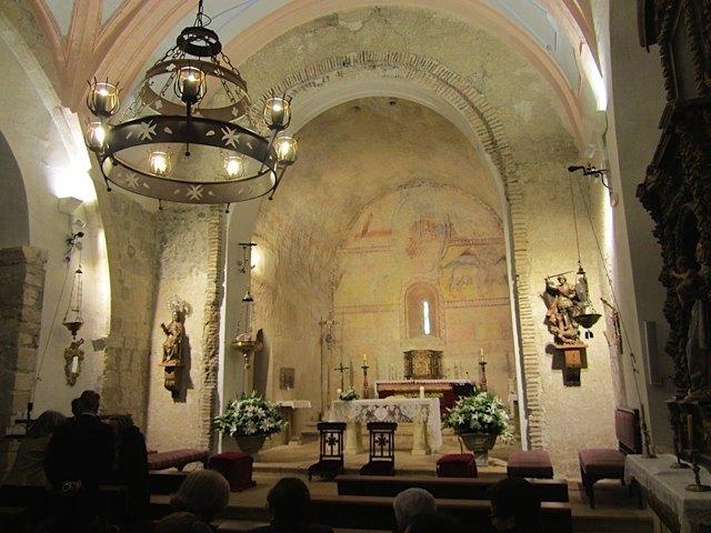 教会内部。壁画の色もかなり綺麗に残っています。